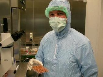 Dr. Nicolas Lembert preparing island cells in the cleanroom laboratory. (Photo: Department of General, Visceral and Transplantation Surgery at UKT)